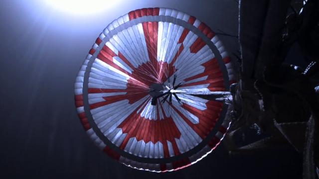 Le parachute rouge et blanc de Perseverance photographié au moment de la descente du rover sur Mars, le 18 février 2021. [JPL-Caltech - NASA]