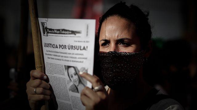 Une manifestante demande justice après le féminicide d'Ursula Bahillo en Argentine. [Juan Ignacio Roncoroni - Keystone]