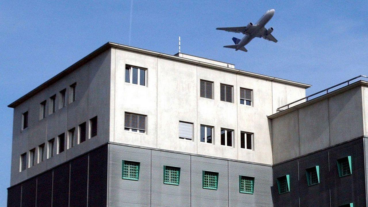 43 transferts et 53 rapatriements ont été effectués par avion sous contrainte en une année. [Steffen Schmidt - Keystone]