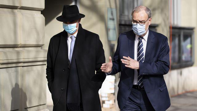 Le président de la Confédération Guy Parmelin (à droite) et le conseiller fédéral Alain Berset (à gauche), en route pour le Palais fédéral. Berne, le 24 février 2021. [Peter Klaunzer - Keystone]