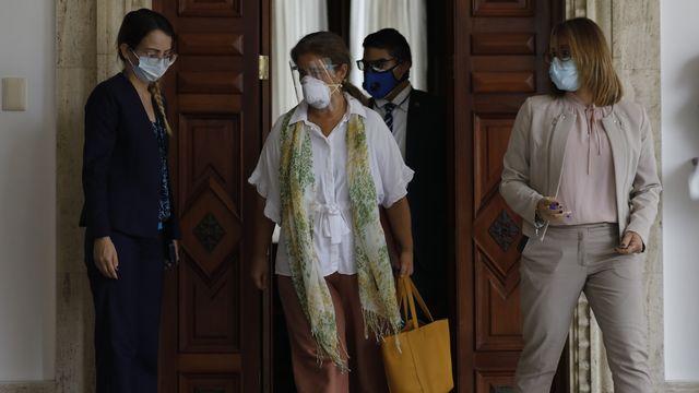 """Isabel Brilhante, ambassadrice de l'Union européenne, sort d'une réunion avec le ministre des affaires étrangères du Venezuela où elle a reçu une lettre de """"persona non grata"""". Caracas, le 24 février 2021. [Ariana Cubillos - Keystone/AP Photo]"""