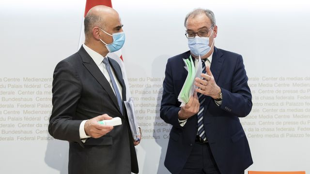 Alain Berset et Guy Parmelin lors de la Conférence de presse du 24 février. [Peter Klaunzer - Keystone]
