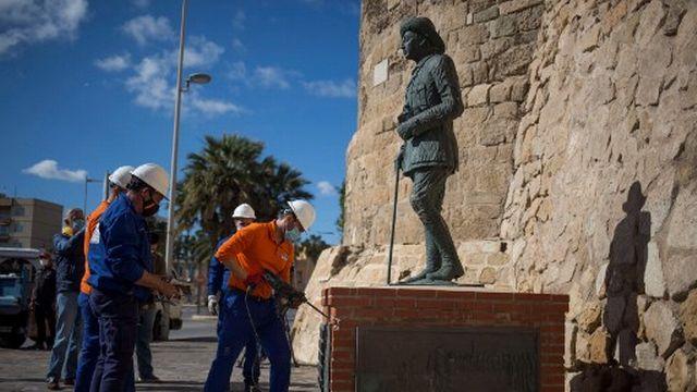 La statue de Franco de Melilla en train d'être déboulonnée, le 23 février 2021. [Javier Bernardo - AFP]