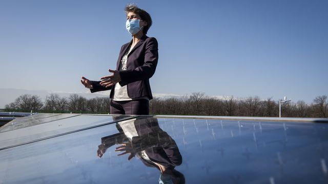 La conseillère fédérale Simonetta Sommaruga parle lors de l'inauguration de la centrale solaire thermique SIG SolarCAD II. Le Lignon, Genève, le 25 février 2021. [Jean-Christophe Bott - Keystone]