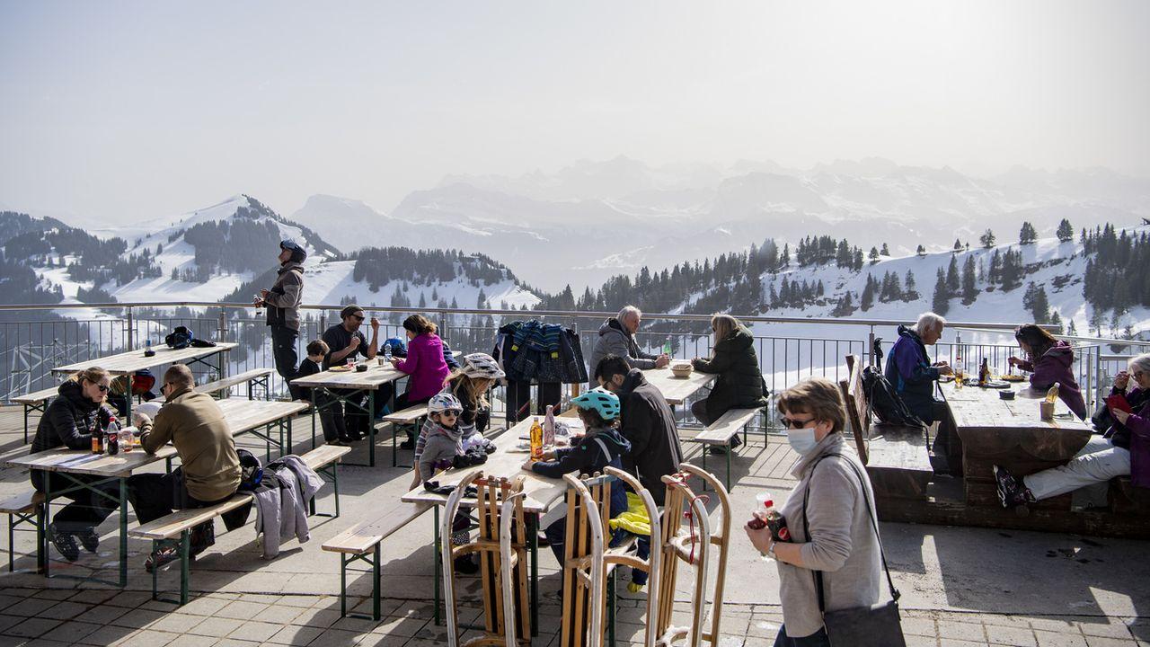 Les terrasses des domaines skiables de Suisse centrale restent ouvertes pour le moment, malgré la décision du Conseil fédéral.  [URS FLUEELER - KEYSTONE]