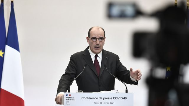 """Vingt départements français ont été placés sous """"surveillance renforcée"""" en raison d'une circulation accrue de la pandémie, a annoncé Jean Castex. Paris, le 25 février 2021. [Stéphane de Sakutin - Keystone/epa]"""