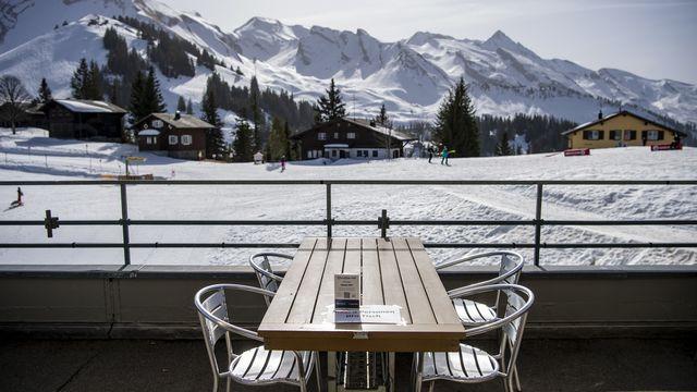 Les terrasses des pistes de ski sont finalement fermées en Suisse centrale. [Urs Flueeler - Keystone]
