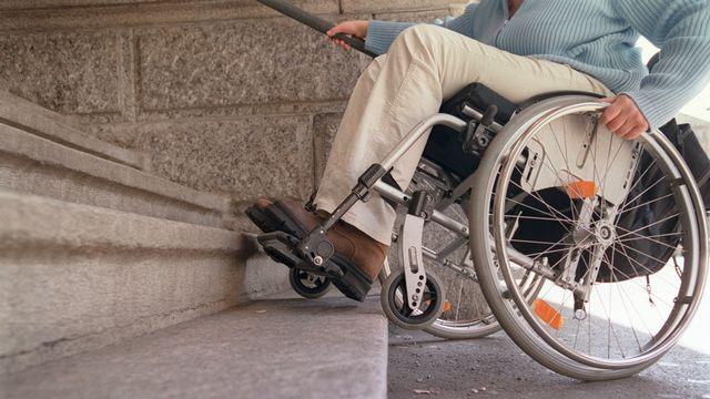 Il s'agit de garantir à toute personne une participation pleine et entière à la vie de la société, malgré le handicap.  [Gaëtan Bally - Keystone]