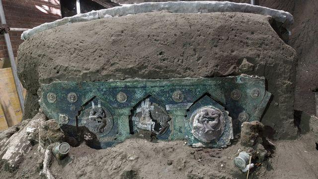 Des décorations en bronze sont visibles sur le pourtour du char. [EPA/Press Office of the Archaeological Park of Pompeii - Keystone]