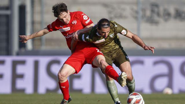 Duel entre le joueur de Vaduz Linus Obexer (à gauche) et le défenseur valaisan Jan Bamert. [Valentin Flauraud - Keystone]