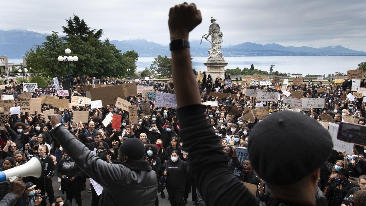 """Plusieurs milliers de personnes se sont rassemblées pour protester contre le racisme et la violence policière le dimanche 7 juin 2020 à Lausanne dans le cadre du mouvement """"Black Lives Matter"""". [Laurent Gillieron - Keystone]"""