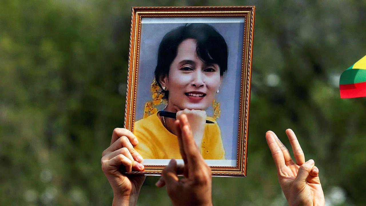 Photo d'Aung San Suu Kyi brandie lors d'une manifestation de soutien à l'ex-dirigeante birmane. [Soe Zeya Tun - Reuters]