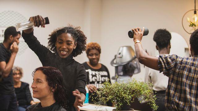 """""""Tribus Urbaines"""", un salon de coiffure lausannois dédié aux cheveux afros, crépus et bouclés. [Sophie Brasey - facebook.com/tribusurbaines]"""