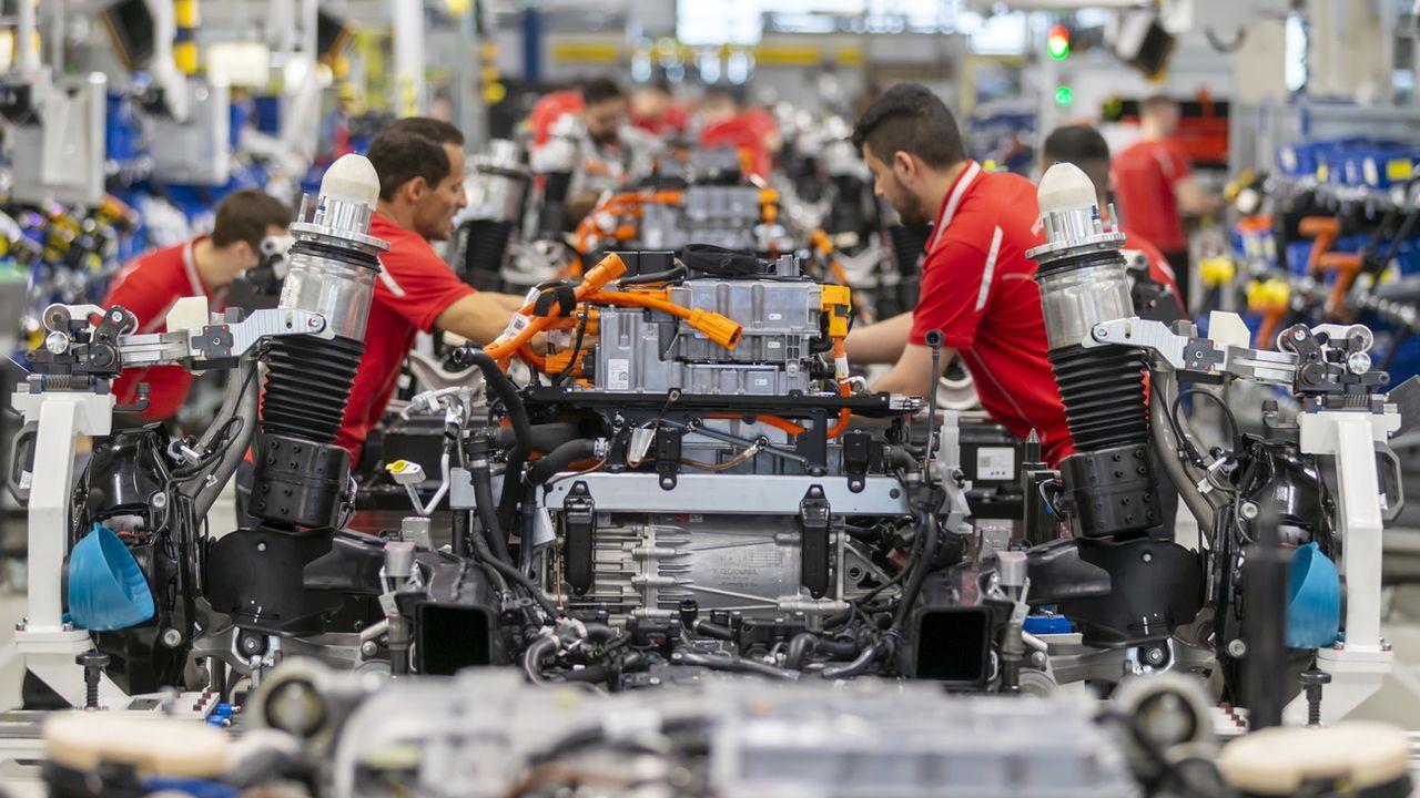 Une ligne de production de la voiture de sport électrique Taycan du fabricant Porsche, le 5 mars 2020 à Stuttgart en Allemagne [Ronald Wittek - EPA/Keystone]