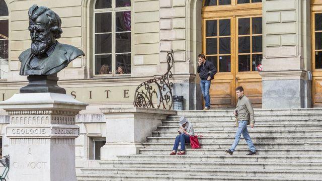 Le buste de Carl Vogt devant le bâtiment des Bastions de l'Université de Genève. [Ludovic Maisant / hemis.fr / Hemis  - AFP]