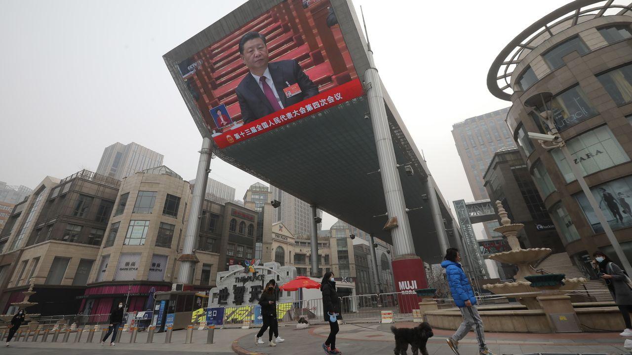 Un écran installé à Pélin montre le président chinois Xi Jinping lors de l'Assemblée nationale populaire le 5 mars 2021. [EPA/STR - Keystone]