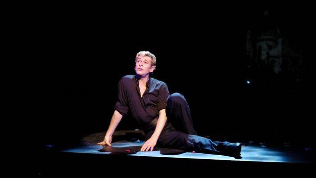 """Le danseur français Patrick Dupond, ici en janvier 2003 dans le show musical """"L'air de Paris"""". [JEAN AYISSI  - AFP]"""