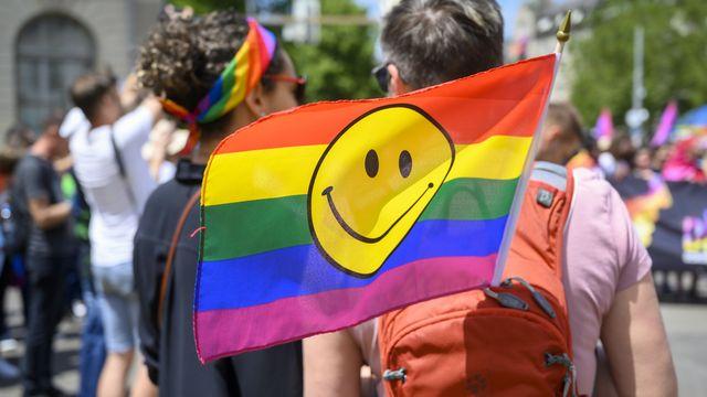 Deux personnes manifestent à la Gay Pride de Zurich, le 15 juin 2019. [Melanie Duchene - Keystone]