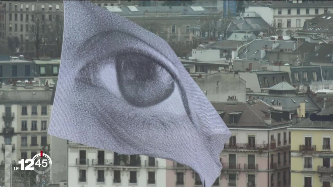 Un gigantesque drapeau hissé sur la plaine de Plainpalais, à Genève, alerte les dirigeants sur leurs responsabilités climatiques [RTS]