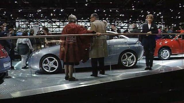 Page spéciale sur la femme au volant au Salon de l'Automobile, 1998. [RTS]