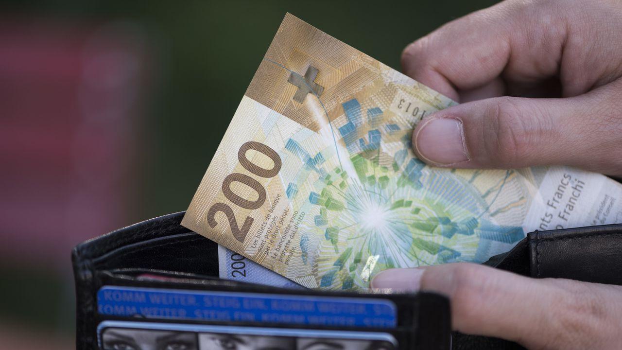 La perte de revenus liée à la pandémie fait grimper l'endettement des ménages gagnant moins de 6000 francs par mois.  [CHRISTIAN BEUTLER - KEYSTONE]
