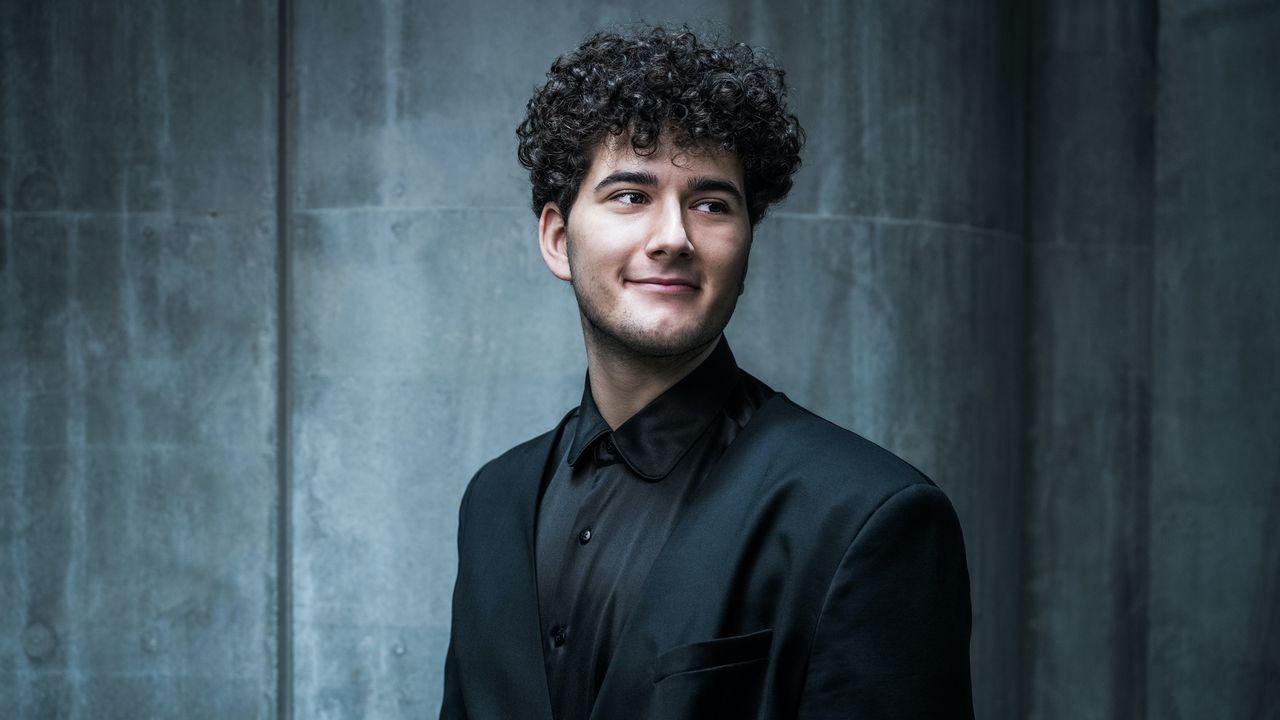 Le chanteur et musicien fribourgeois Gjon's Tears représente la Suisse à l'ESC 2021 à Rotterdam. [Oscar Alessio - SRF]