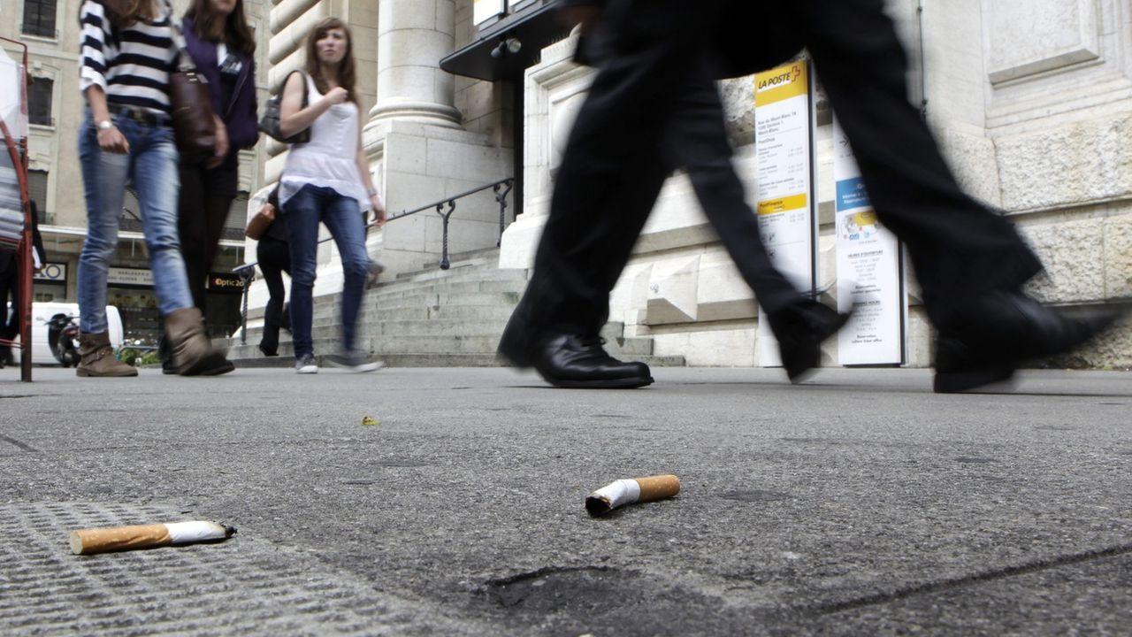 Une campagne de ramassage de mégots de cigarettes démarre en Suisse mardi et jusqu'au 22 mars. [Salvatore Di Nolfi - Keystone]