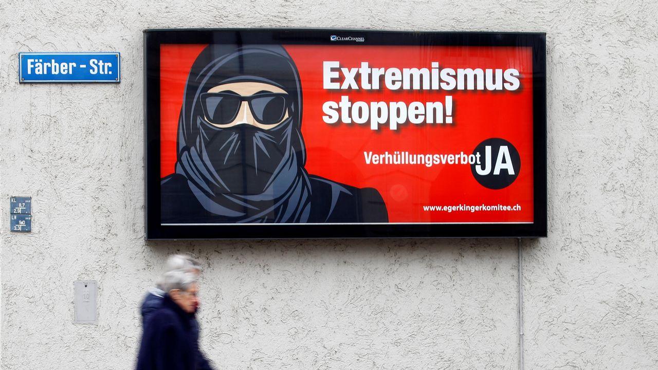 """Une affiche de campagne pour le oui à l'initiative dite """"anti-burqa"""" photographiée à Zurich. [Arnd Wiegmann - Reuters]"""
