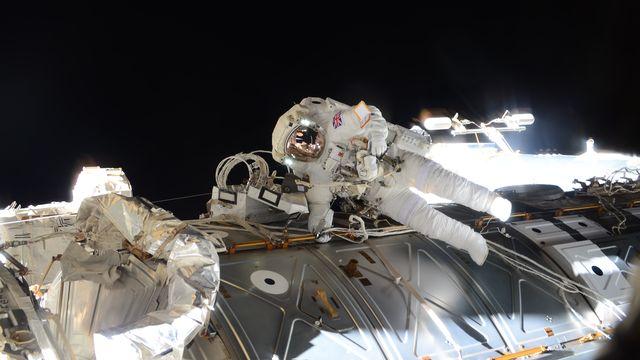 L'astronaute de l'ESATim Peake durant une sortie de 4h43 pour des tâches de réparation. ESA/NASA [ESA/NASA]