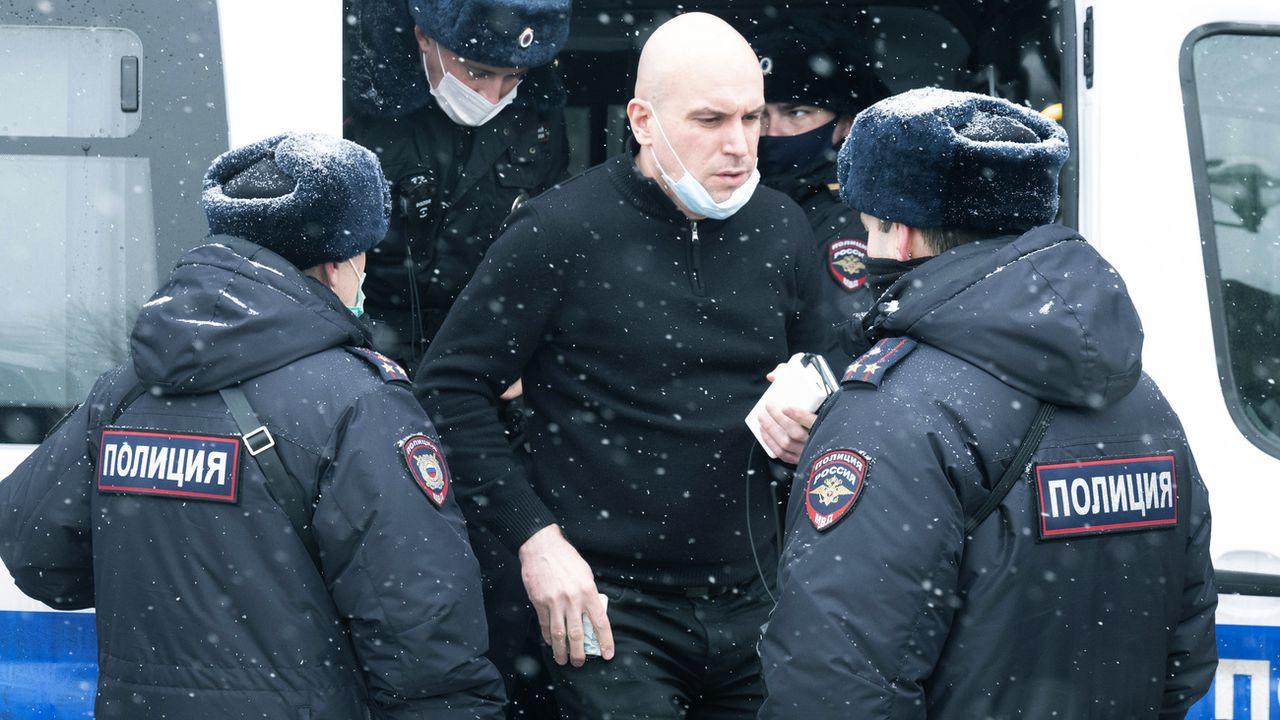 Un participant au forum d'opposition, après son arrestation par la police le 13 mars 2021 à Moscou. [Victor Berezkin - AP/Keystone]