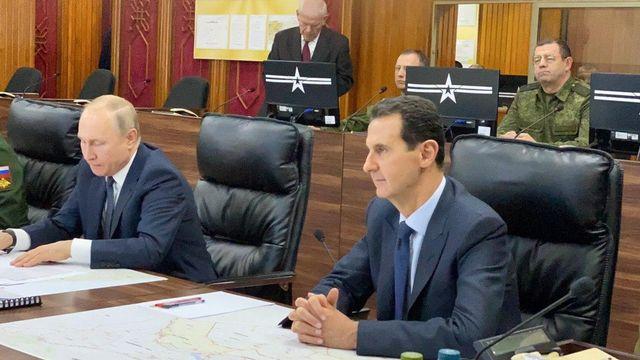 Vladimir Poutine (gauche) et Bachar al-Assad (droite), dans le centre de commandement de l'armée russe à Damas, le 7 janvier 2020. [Syrian Presidency Handout - EPA]