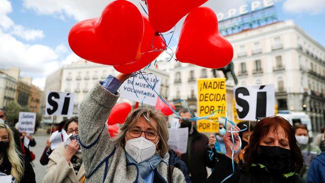 Militants favorables à l'euthanasie devant le parlement espagnol à Madrid, 18.03.2021. [Susana Vera - Reuters]