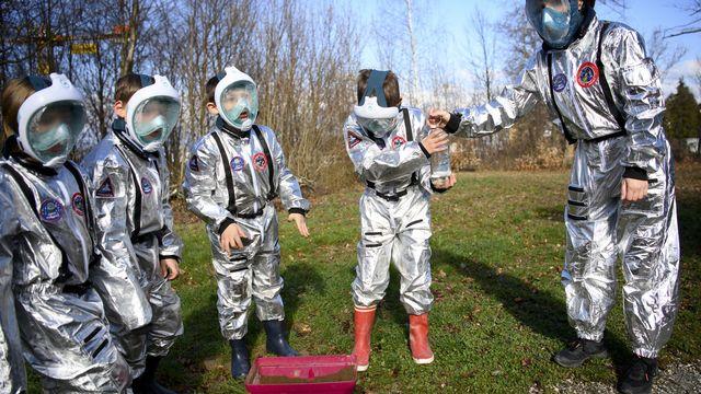 Simulation de vie martienne pour des élèves d'école primaire. [Laurent Gillieron - KEYSTONE]