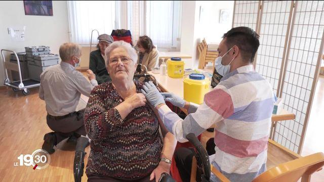 Bientôt trois mois après l'injection des premières doses, le nombre de cas et d'hospitalisations diminue chez les + de 70 ans. [RTS]