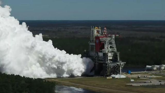 """Le test """"hot fire"""" des quatre moteurs RS-25 de l'étage principal de la fusée SLS de la NASA. Stennis Space Center, le 18 mars 2021. [Capture d'écran - NASA/youtube]"""