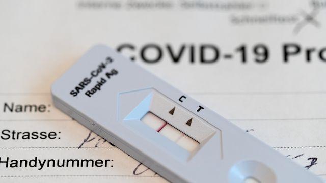 Dans le canton de Vaud, les réinfections au Covid-19 concernent moins de trois personnes sur mille cas, selon des chiffres fournis à la RTS.  [GAETAN BALLY - KEYSTONE]