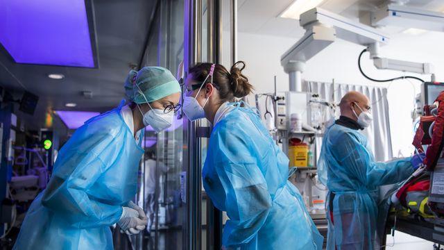 Du personnel soignant de l'hôpital universitaire de Berne, le 6 novembre 2020. [Jean-Christophe Bott - Keystone]