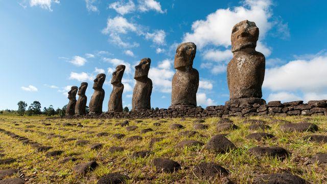 Les Moaï de lʹîle de Pâques. [Sergio Pitamitz / Biosphoto - AFP]