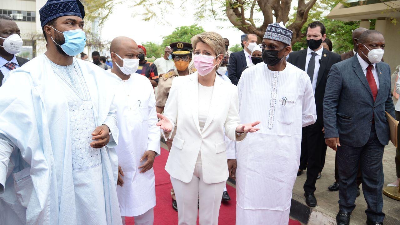 La conseillère fédérale Karin Keller-Sutter a rencontré mardi le secrétaire d'État aux Affaires humanitaires du Nigéria, Bashir Nura Alkali (à la gauche de la ministre). [Keystone/EJPD]