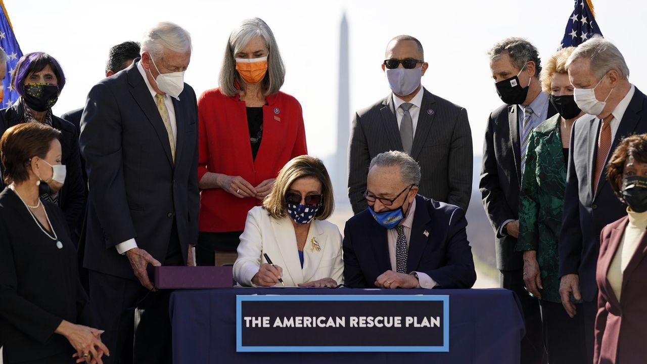 La présidente de la Chambre, Nancy Pelosi, signe le plan de relance après son approbation, 10.03.2021. [Alex Brandon - AP/Keystone]