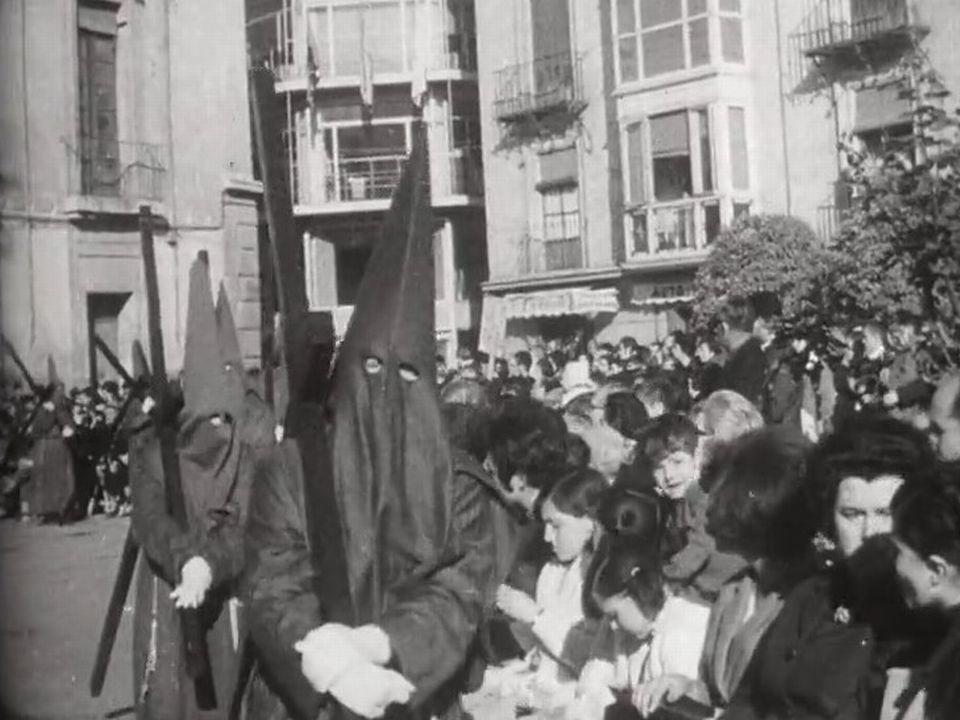 A Séville, durant la semaine sainte, les processions de pénitents se succèdent dans la ville. [RTS]