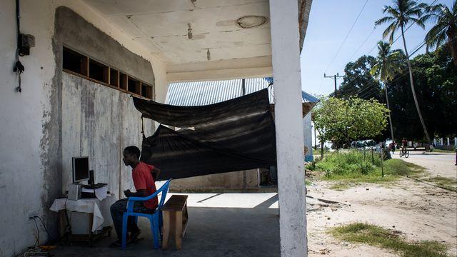 Un habitant de Palma, au Mozambique. [John Wessels - AFP]