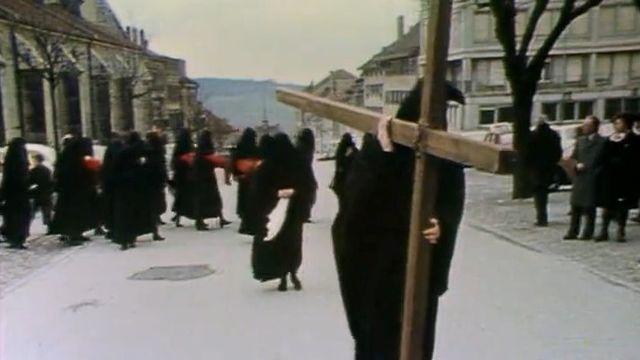 Les pleureuses de Romont, lors de la procession du vendredi saint, 1975. [RTS]