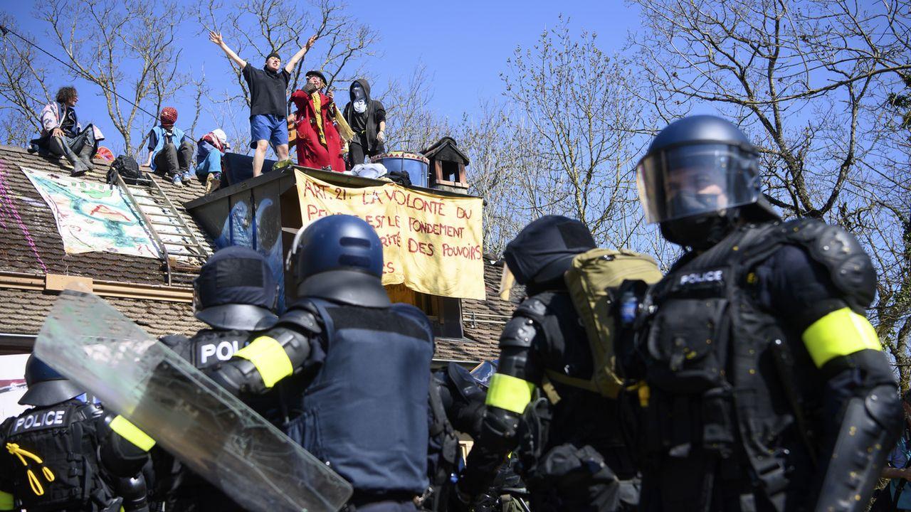 L'évacuation de la ZAD du Mormont, le 30 mars 2021. [Jean-Christophe Bott - Keystone]