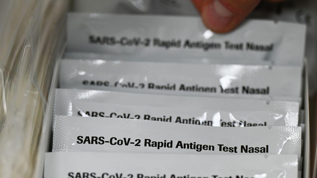 Cinq auto-tests gratuits par mois et par personne seront disponibles en pharmacie dès le 7 avril [Arne Dedert - DPA/Keystone]
