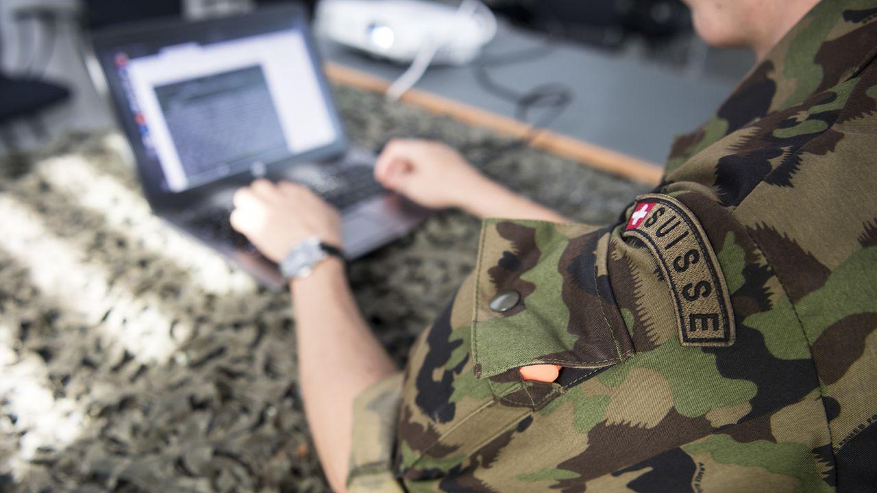 Un soldat de l'armée suisse dans le cadre de la lutte anti-terroriste. [Peter Schneider - KEYSTONE]