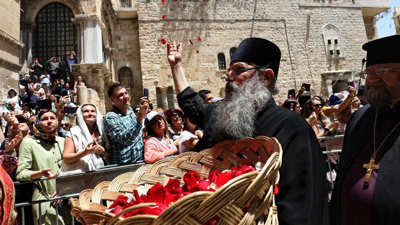 Un prêtre lors  la procession de Pâques Jérusalem. [GALI TIBBON - AFP]