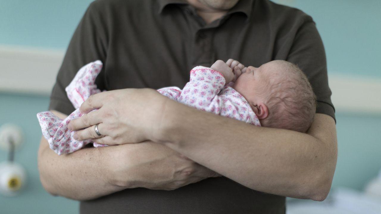 Le Grand Conseil tessinois a voté un congé parental de deux semaines lundi, par 43 voix pour et 37 contre. [Gaëtan Bally - Keystone]