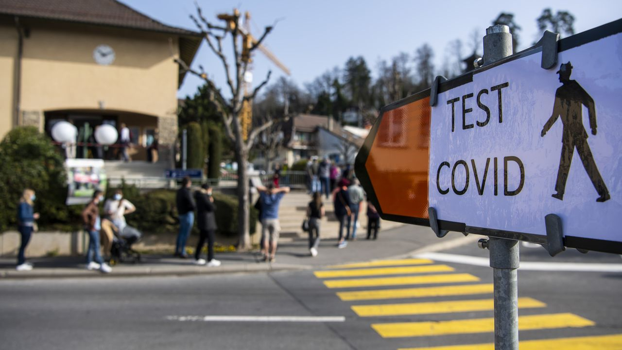 Un centre de dépistage à Lausanne le 2 avril 2021. [Jean-Christophe Bott - Keystone]