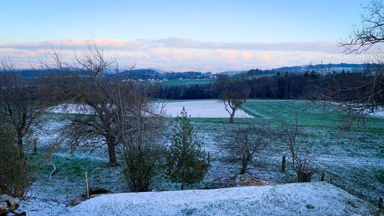 Les flocons de neige ont fait leur apparition jusqu'à basse altitude. [Victorien Kissling - RTS]